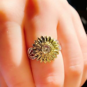 NWOT  🌻 sunflower crystal silver ring